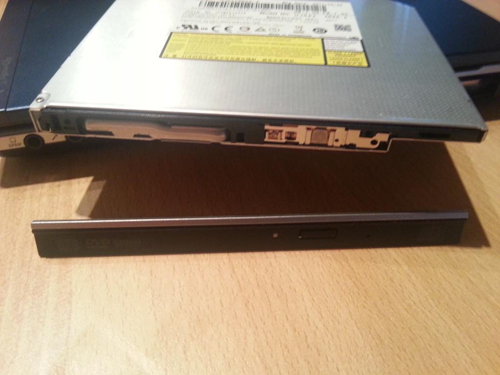 HDD Adapter | Blende vorsichtig abbauen