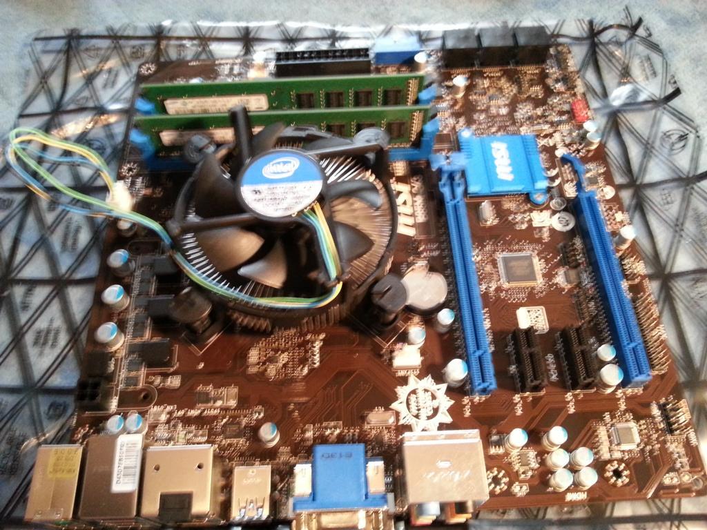 Haswell PC selber bauen   Lüfter befestigt und RAM eingebaut