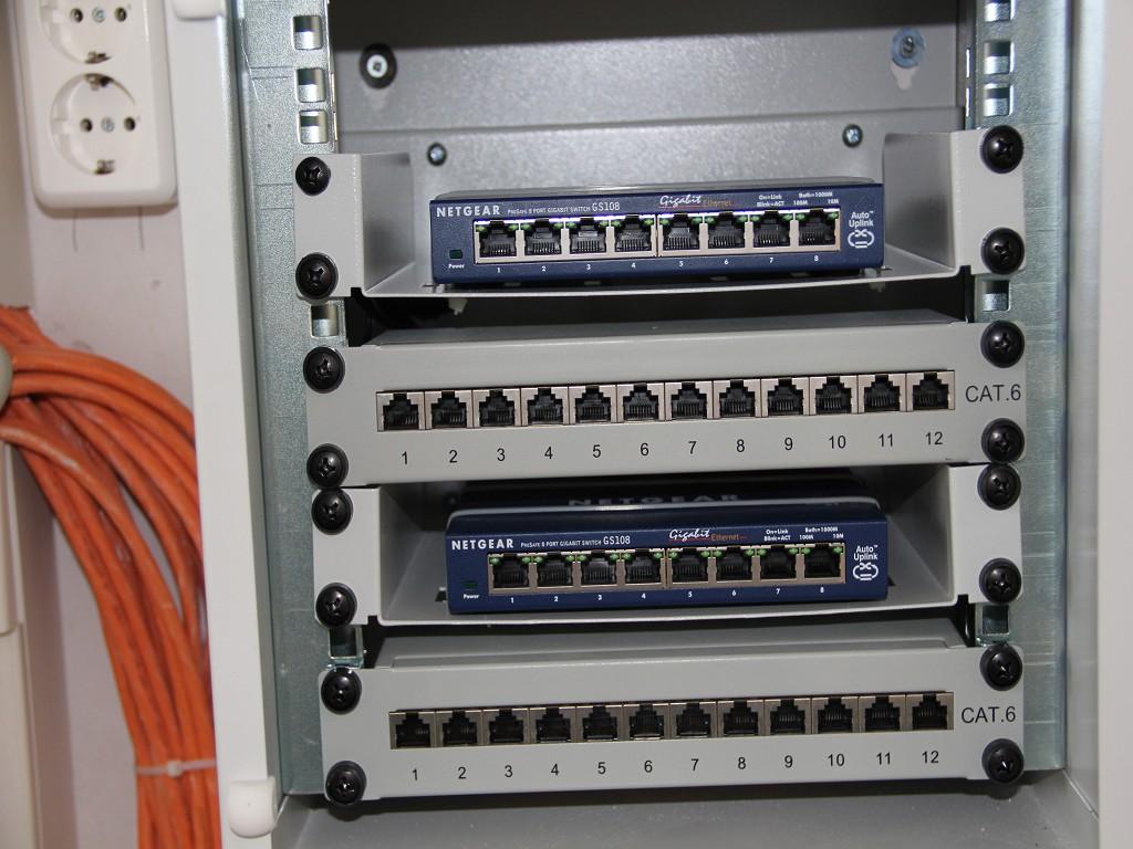 Beispiel für Netzwerkschrank | Patchpanel und Einlageböden für Switch