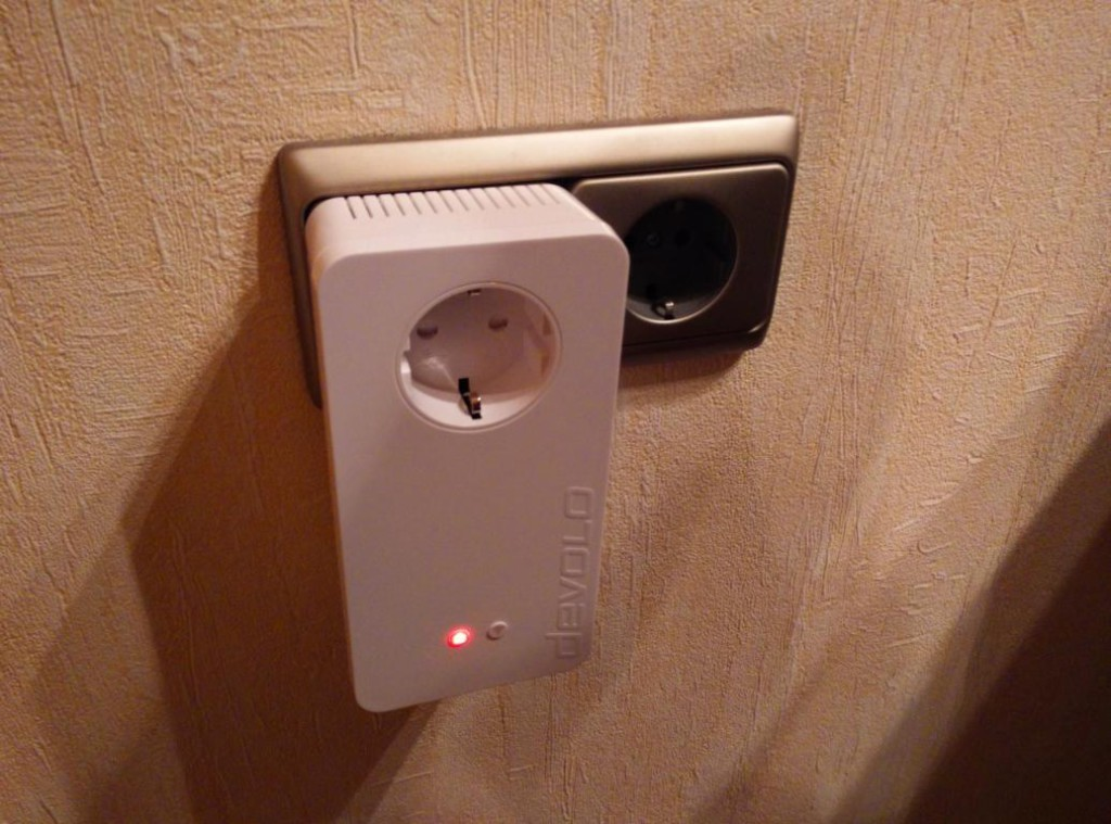 Devolo dLAN 1200+ WiFi ac Adapter | WLAN-Erweiterung und integrierte Steckdose