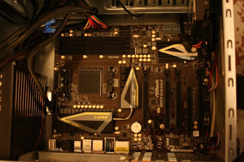 PC richtig aufrüsten | Mainboard und Festplatte eingebaut