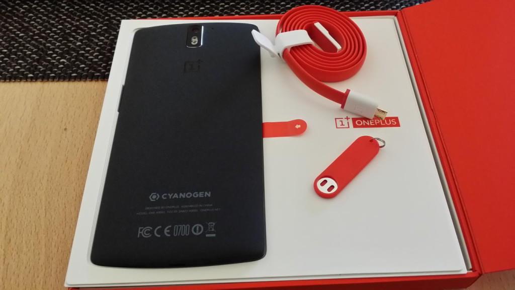 OnePlus One | Rückansicht mit USB-Kabel und SIM-Karten Öffner
