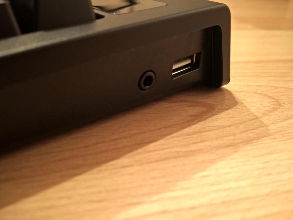 Razer BlackWidow Ultimate Stealth 2016 mit USB- und Linebuchse.